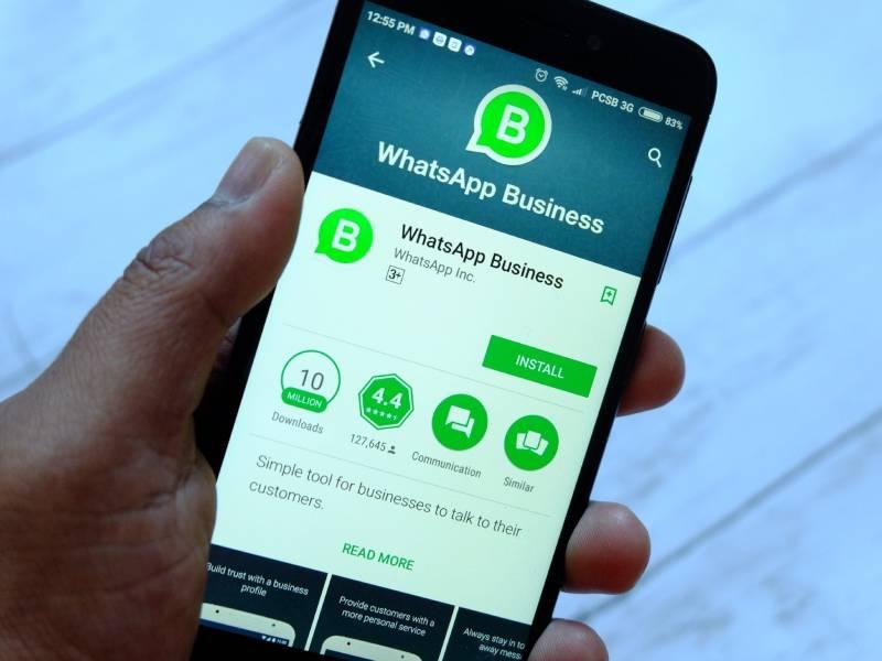 WhatsApp Business sendo instalado no smartphone